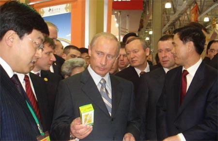 俄总统普京前往伊利展台