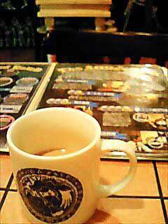 """在""""王立阿菲莉娅魔法学校"""",餐厅的杯子都有魔法学校的印章,而且可以出售。"""