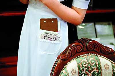 维多利亚女仆咖啡店里,连女侍的围裙边都有艾米莉的绣花,椅子也很华丽。