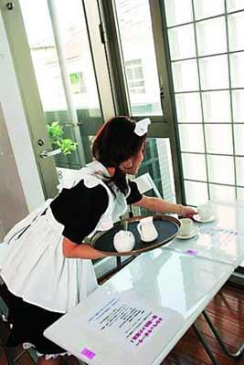 在窗明几净的餐厅中,有亲切有礼的打扮成女仆模样的女孩为你服务,确实也很新鲜。