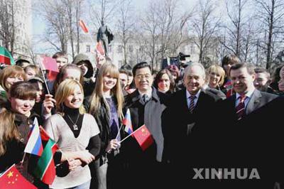 国家主席胡锦涛3月28日参观喀山大学,受到该校师生热烈欢迎。