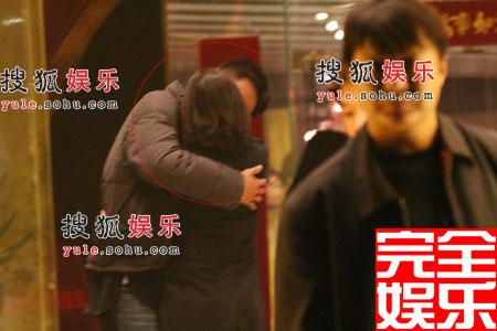 刘烨近日被拍到与女友热吻