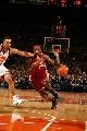图文:[NBA]骑士VS尼克斯 詹姆斯突破