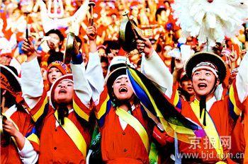 为2002年世界杯,韩国足球队突破历史,取得了第四名的骄人战绩。该国著名的红魔拉拉队也因激情澎湃而文明有序的助威加油而一战成名