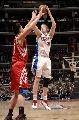 图文:[NBA]火箭VS快船 姚明试图封盖卡曼