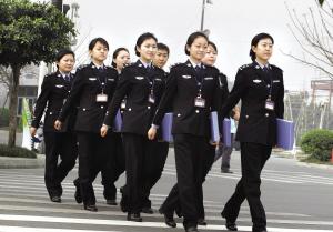 女警察照片-成都让8位美女当考官