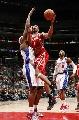 图文:[NBA]火箭VS快船  麦迪强行上篮