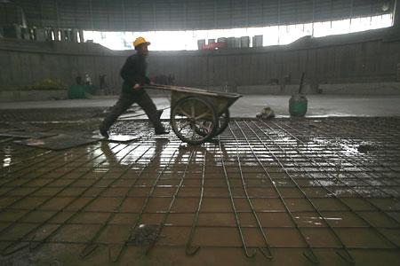 图文:老山自行车场馆 正在送混凝土的工人