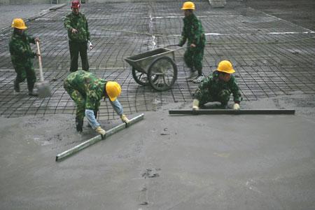 图文:老山自行车场馆 工人们都在紧张施工