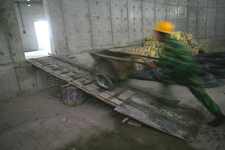 图文:老山自行车场馆 工地上穿梭着忙碌的身影