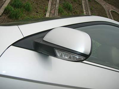 在倒车时,驾驶员侧的外后视镜会自动下调角度,以方便观察车身左侧地面的情况,非常人性化