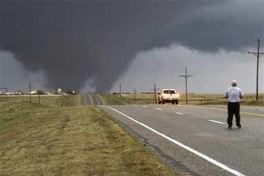 3月28日,龙卷风袭击美国俄克拉何马州。