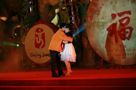 """图文:""""鼓动北京""""开幕仪式 中国移动拥抱王丽"""