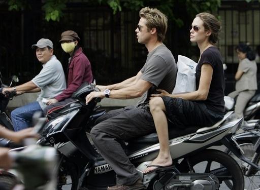 好莱坞影星布拉德·皮特与女友安吉丽娜·朱丽