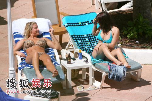 组图:欧美女星游泳场秀性感 奔放豪乳摇摇欲坠