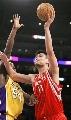 图文:[NBA]火箭VS湖人 姚明单手投篮