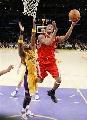 图文:[NBA]火箭VS湖人 麦迪杀入篮下
