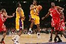 图文:[NBA]火箭VS湖人 科比突破分球