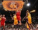 图文:[NBA]火箭VS湖人 姚明篮下勾手