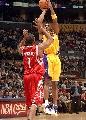 图文:[NBA]火箭VS湖人 科比超级后仰
