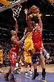 图文:[NBA]火箭胜湖人 奥多姆强攻篮下