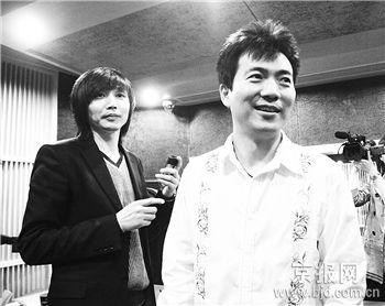 黄健翔(右)终于正式录制首支单曲。刘航摄