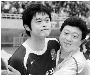 赛后助理教练王波和李彦庆祝比赛胜利。 记者王晓林实习生李帅雷晶晶摄