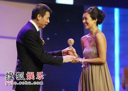 冯小刚为章子怡颁奖