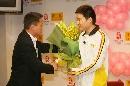 图文:丁俊晖20岁生日会 外地网友向小晖献花