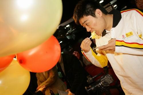 丁俊晖吃生日蛋糕