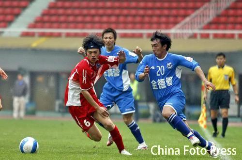 李振鸿(右)的进球帮助长沙完成逆转