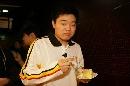 图文:丁俊晖20岁生日会 丁俊晖拿起刀叉