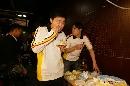 图文:丁俊晖20岁生日会 生日蛋糕味道好