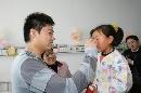 图文:小晖探望生病儿童 为小女孩儿擦眼泪