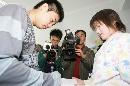 图文:小晖探望生病儿童 为小球迷签名