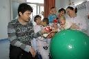 图文:小晖探望生病儿童 为病患送上礼物