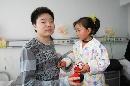 图文:小晖探望生病儿童 安慰小女孩儿