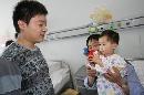 图文:小晖探望生病儿童 将礼物送给小病患