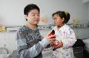 图文:小晖探望生病儿童 小女孩儿别哭
