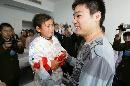 图文:小晖探望生病儿童 小女孩儿哭了