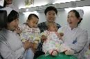 图文:小晖探望生病儿童 抱起小男孩儿