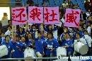 图文:[中超]上海VS武汉 球迷打出还我杜威标语