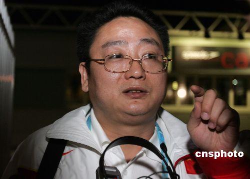 """记者""""堵住""""中国游泳队总教练张亚东"""