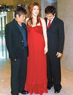 小祯(中)昨穿高腰低胸礼服,遮住隆起的肚子,胡瓜(左)和准夫婿李晋良作势看着未出世的小Baby
