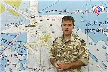英军士兵以地图示意承认非法进入伊朗水域