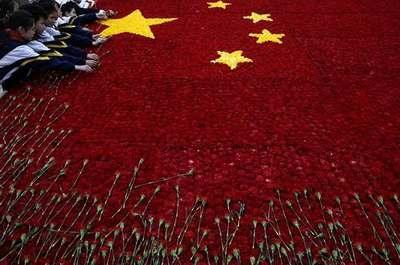 上海各界的市民、学生、军人,一起献花来祭革命先烈。