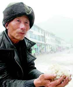 开县一位村民手捧冰雹。