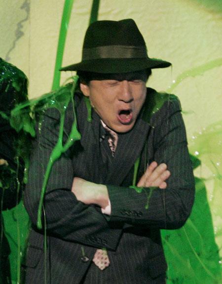 """2007年3月31日,""""儿童选择奖""""颁奖典礼在洛杉矶举行。影星成龙被绿色类似油漆的粘液喷了一身。"""