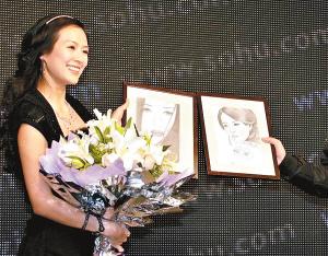"""章子怡在其官方网站的""""搬迁""""仪式上,还被授予了""""21世纪国际最成功的中国现代女性""""称号。"""
