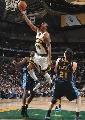 图文:[NBA]掘金胜超音速 韦尔考克斯强行上篮